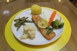 پخت ماهی سالمون اصل یک غذای رژیمی و خوشمزه در فودآکادمی آشپزی آسان